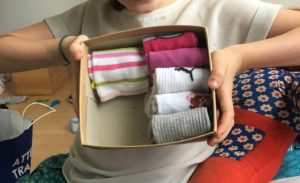 Comment plier ses chaussettes et les placer dans une boîte?